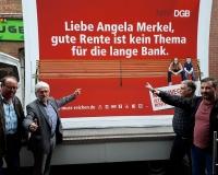 Der Aktionsbulli des DGB Ostwestfalen-Lippe wirbt In Gütersloh für einen Kurswechsel und machen deutlich: Gute Rente ist kein Thema für die lange Bank. Jetzt gerecht!, Foto: DGB OWL
