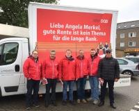 Die Gewerkschafter aus Bottrop verteilten Flyer auf dem Fuhlenbrocker Markt, Foto: DGB-NRW