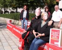 """Seehofer und Merkel auf der """"langen Bank"""" in Altötting zusammen mit Mitgliedern des Kreisverbandes, Foto: DGB Bayern/Zellner"""