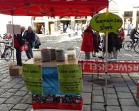 Der Stand des DGB in Landshut. Wieviele Pfandflaschen müsste ein Rentner sammeln, damit er von der Grundsicherung auf die Rente kommt? Lösung: Bei 25Cent pro Flasche sind es 1260 Pfandflaschen, Foto: DGB/Wessely