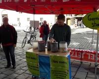 Am Stand des DGB Niederbayern mit Regionsgeschäftsführer Hans-Dieter Schenk und Jugendsekretär Martin Birkner. Mit den Gläsern wurde eine durchschnittliche Altersrente in Landshut für einen Mann (724 Euro = 724 Kaugummikugeln) und zum Vergleich die Grundsicherung (409 Euro) dargestellt, Foto: DGB/Wessely