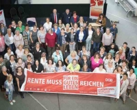 """Die Teilnehmerinnen der DGB-Bezirksfrauenkonferenz forden """"Rente muss reichen"""""""