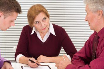 Drei Beschäftigte (1 Frau, zwei Männer) am Schreibtisch; Symbolbild für ältere Arbeitnehmerinnen und Arbeitnehmer