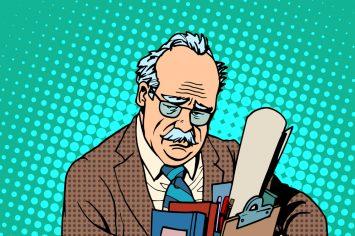 Älterer Mann mit Arbeitsuntensilien; schaut traurig und erschöpft