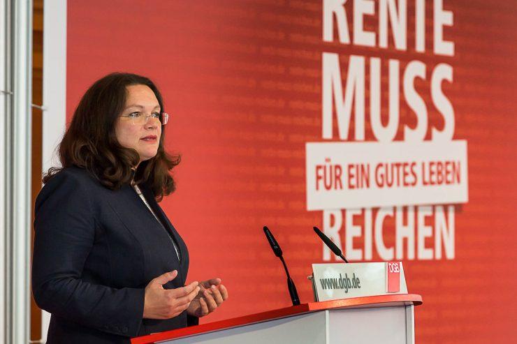 """Andrea Nahes steht am Rednerpult; im Hintergrund rote Rückwand mit Kampagnentitel """"Rente muss für ein gutes Leben reichen"""""""