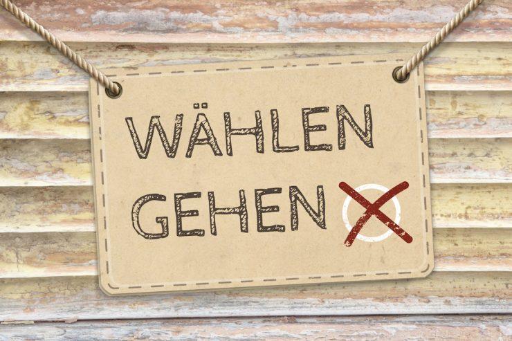 """Schild an Kordel mit der Aufschrift """"Wählen gehen"""" und rotem Wahlkreuzchen"""
