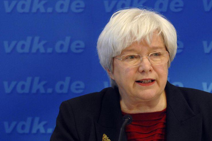 Ulrike Mascher, Präsidentin des Sozialverbands VdK, Rede an einem Mikrofon