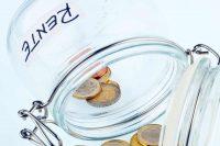 Leeres Glas mit Münzen und Aufschrift Rente