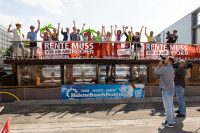 """DGB-Aktion zur Urlaubszeit:""""Rente muss für Urlaub reichen!"""",DGB-Kampagnenfloss auf der Spree im Regierungsviertel, Foto: DGB/Uwe Voelkner/FOX Fotoagentur"""