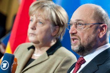 Angela Merkel und Martin Schulz geben ein Interview (Ausschnitt zeigt Schulz sprechend im Vordergrund, Merkel im Hintergrund sowie Mikrofone von ARD/ZDF)